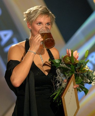 Barbora Spotakova pije pivo